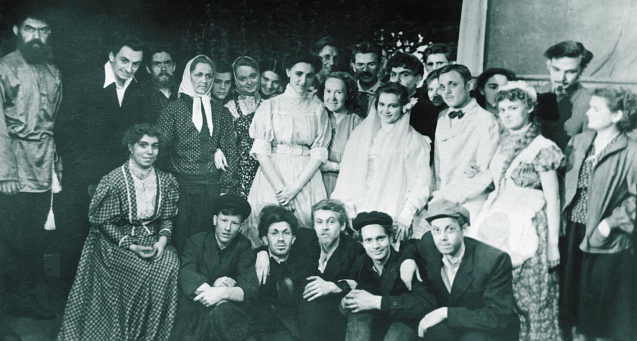 После премьеры спектакля Дети солнца_4 мая_1957 года_Захаров_слева