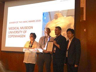 Кен Арнольд, директор Медицинского мусейона, и Адам Бенкард получают награду UMAC 2019 от вице-президента ICOM Лайшуна А.Н. (фото С. Субиран).